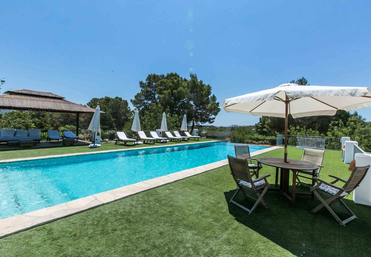 Jardin et piscine privée de la villa Numy à Santa Eulalia